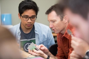 Associate professo Richard Elaver works with students in Thinkering. Photo by Chase Reynolds